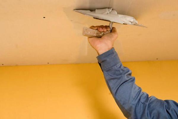 Заделывание щелей специальный раствором при частичном выравнивании потолка