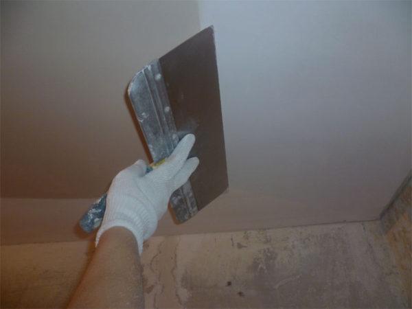 Наложение косметического слоя при выравнивании потолка