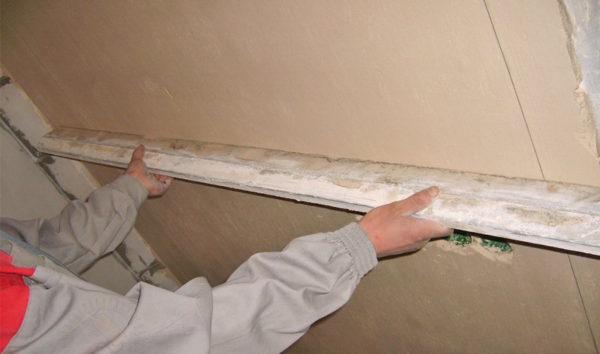 Создание идеально ровного потолка сырым методом с помощью смеси
