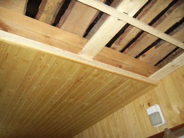 Выравнивание потолка сухим методом с использованием древесины