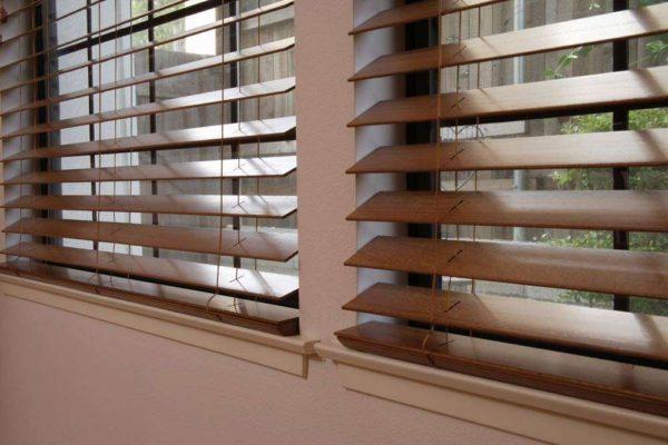 Очистка деревянных жалюзи требует индивидуального подхода к поверхности