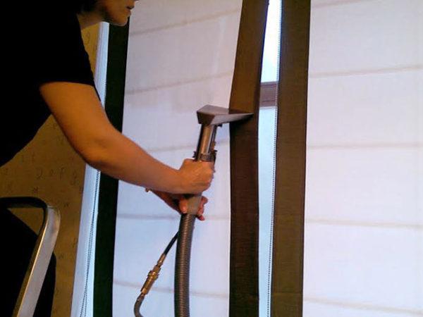 Тканевые рулонные шторы можно очистить с помощью обычного пылесоса