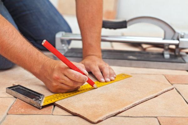 Расчет и резка напольной плитки для укладывания у стены