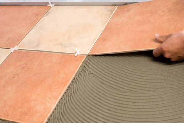 Процесс правильного укладывания напольной плитки на подготовленную поверхность