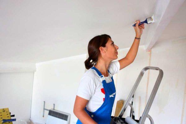 Хитрости работы и очистки кистей при побелке потолка