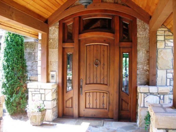 Современные деревянные двери делаются из качественного материала