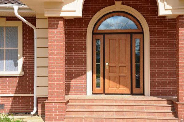 Деревянные двери украсят любой дом