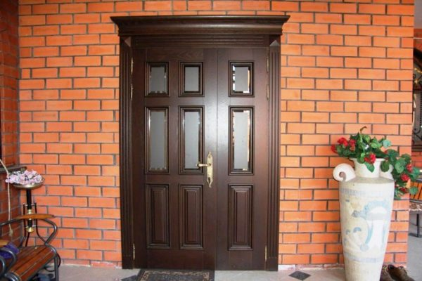 Деревянные двери обладают прочностью и устойчивостью к внешним воздействиям