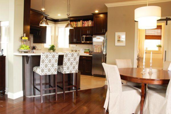 Барные стойки на кухне становятся все более популярными, они должны быть хорошо освещены