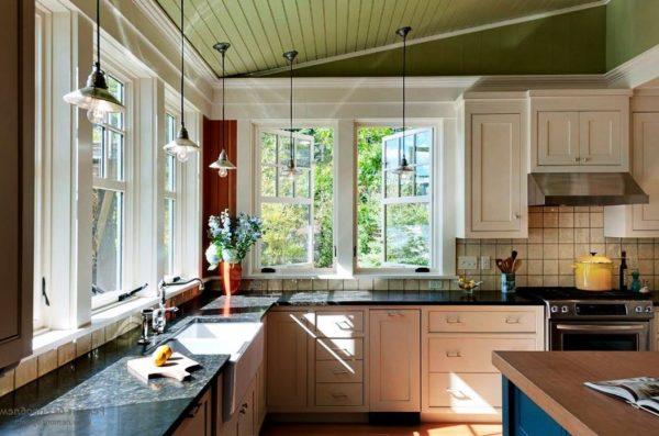 Большие окна на кухне пропускают больше естественного света