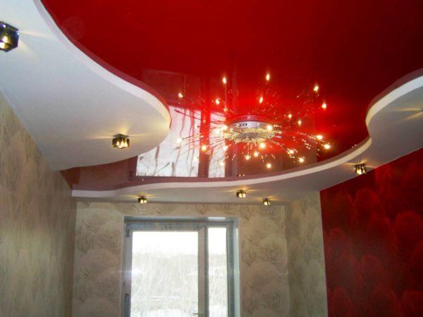 Красный цвет натяжного потолка должен гармонировать с другими деталями интерьера
