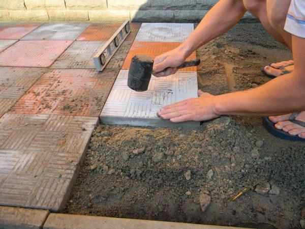 укладка плитки во дворе
