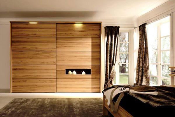 Правильная подсветка шкафов-купе создает уют в комнате