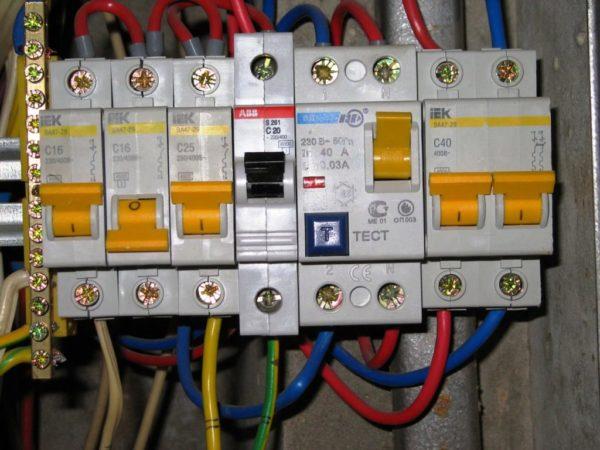 Автоматы защищают электрические сети от перегрузок