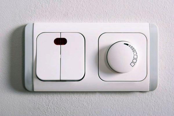 Для многоламповой люстры хорошо подойдет диммер или двухклавишный выключатель