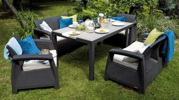 мебель в саду из искусственного ротанга