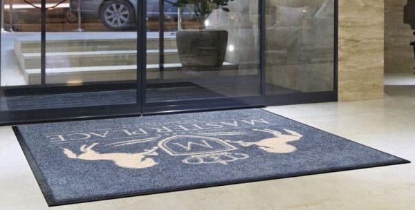 брендированный коврик у входа