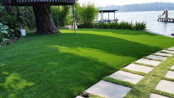 искусственный газон в загородном центре отдыха