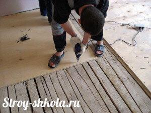 protsess-obshivki-pola-faneroy-300x225-2565917