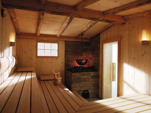 Деревянный потолок лучше мастерить на сваях, между досками, из которых он выложен, следует оставлять небольшие просветы, чтобы влага не задерживалась на полке и ступенях, а стекала в канализацию