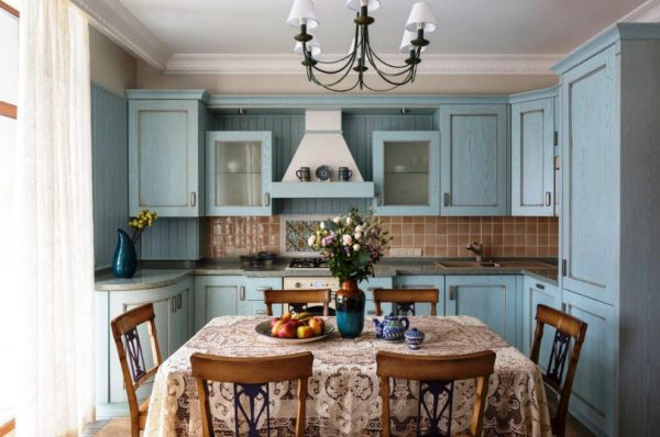 Кухня в стиле прованс не мыслима без цветов и аксессуаров