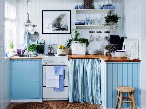 Учитывая малогабаритную площадь кухни следует обратить внимание на использование открытых шкафов и полочек, являющихся характерной чертой этого стиля