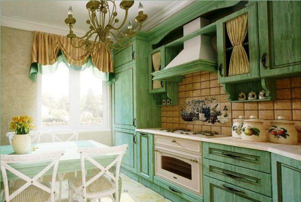 Люстра должна подчеркивать интерьер кухни в стиле прованс