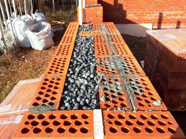 Пеностекольный утеплитель можно рассматривать в качестве засыпки при колодцевой кладке и как гидроизоляционную отмостку — в этих местах применение дорогого материала оправдано на 100%