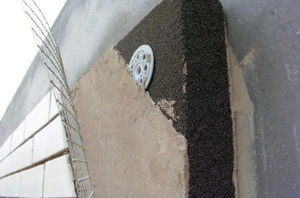 Низкая плотность материала при высокой прочности позволяет снизить нагрузки на фундамент и возможность строить на слабых грунтах, надстраивать этажи к зданиям, а также снизить затраты на возведение фундамента здания. Результат применения пеностекла в строительстве - снижение расхода стройматериалов, уменьшение толщины стен здания