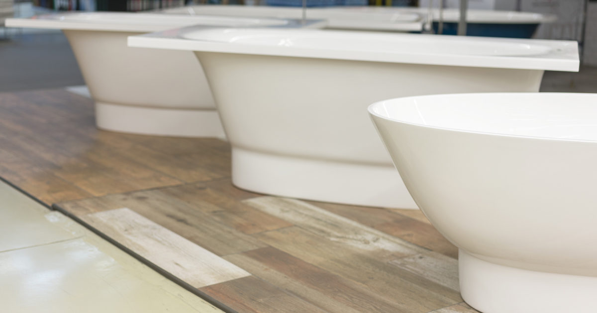 white-bath-in-the-building-store-baths-in-the-plumbing-store-sanitary-engineering-shop-white-bathrooms