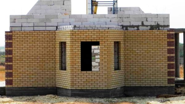 Дом из газбетона с отделкой из кирпича