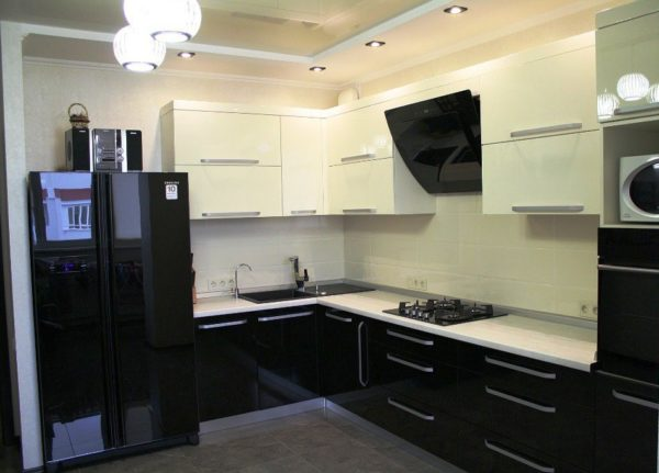 В кухонном гарнитуре используют контрастные цвета