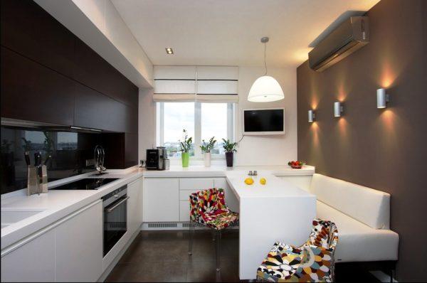 Кухня в стиле хай тек отличается большим количеством бытовой техники, сильно упрощающей жизнь, строгими четкими линиями, рациональным использованием пространства и отсутствием элементов декора подходящим для любого другого стиля