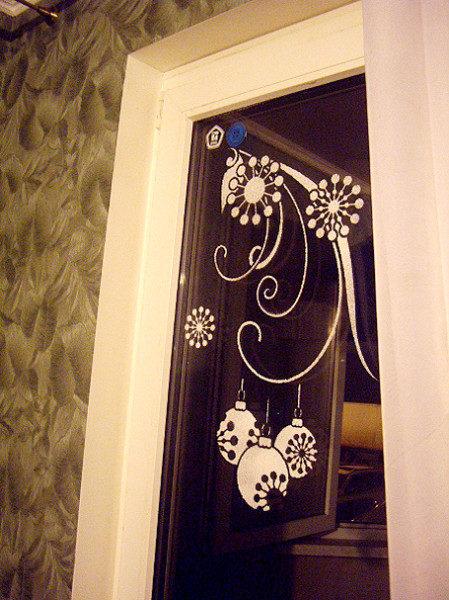 okno-s-novogodnim-uzorom-449x600-7591566
