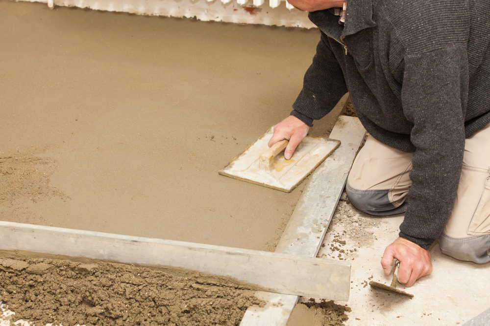 mason-smooth-the-cement-screed