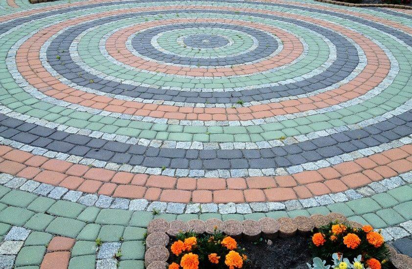 izgotovlenie-cvetnoj-trotuarnoj-plitki-svoimi-rukami-1003052