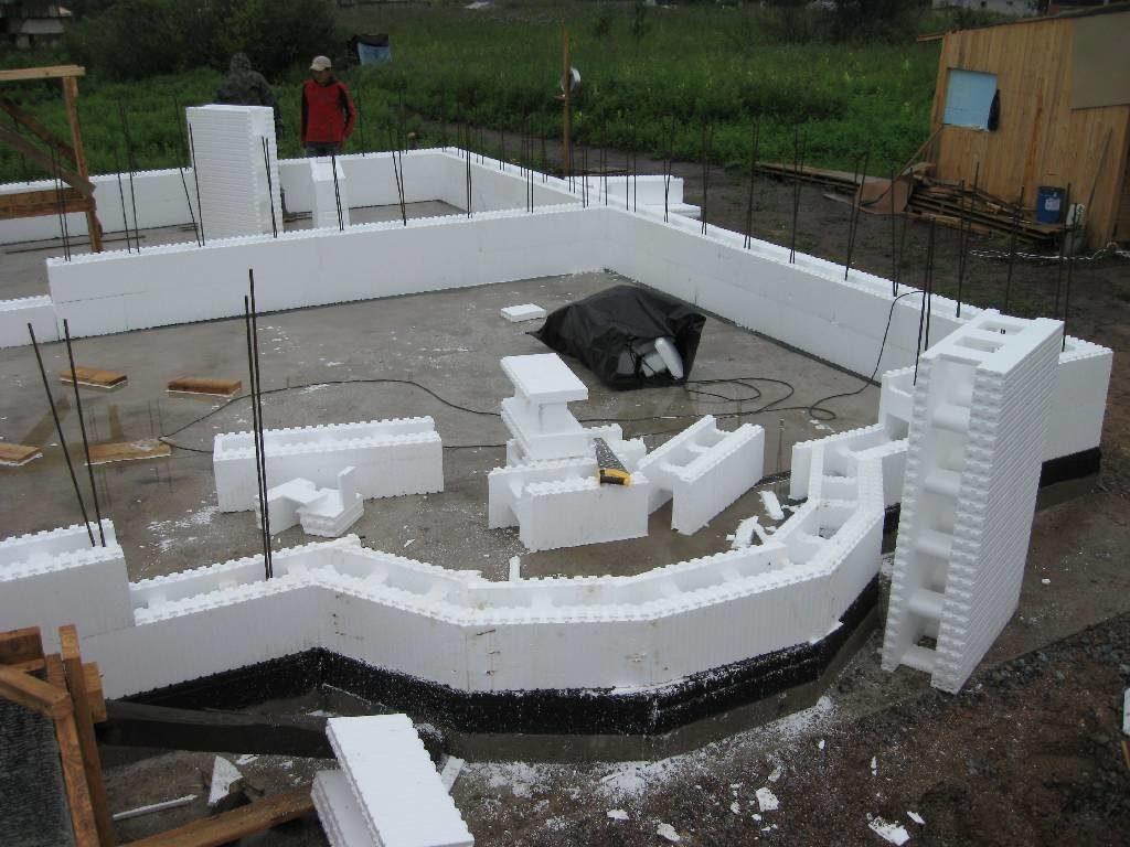 nestandartnaja-planirovka-doma-iz-penopolistirolnyh-blokov-1024x768-7620171