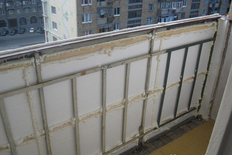 zadelyivaem-vse-shheli-na-balkone-montazhnoy-penoy-6128632