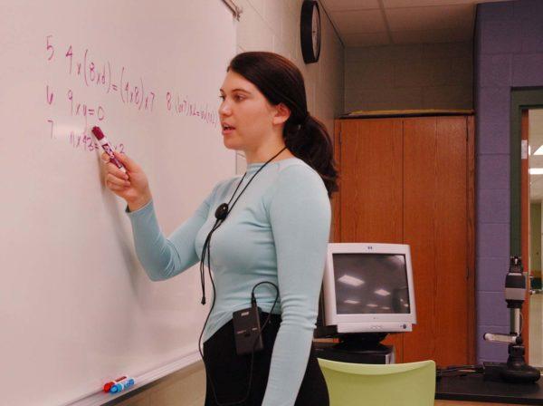 Учитель с микрофоном