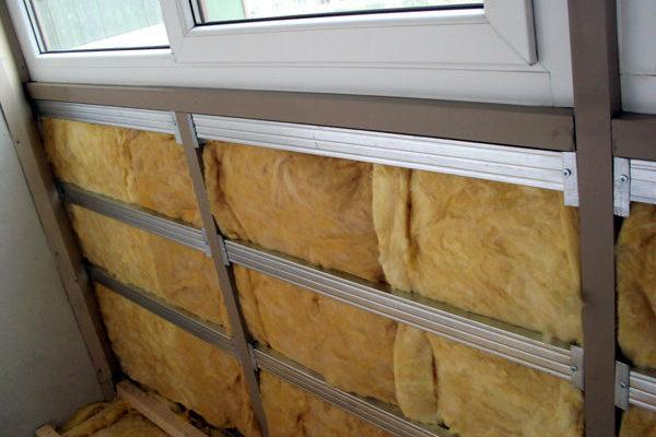 uteplenie-balkona-minvatoy-8127634